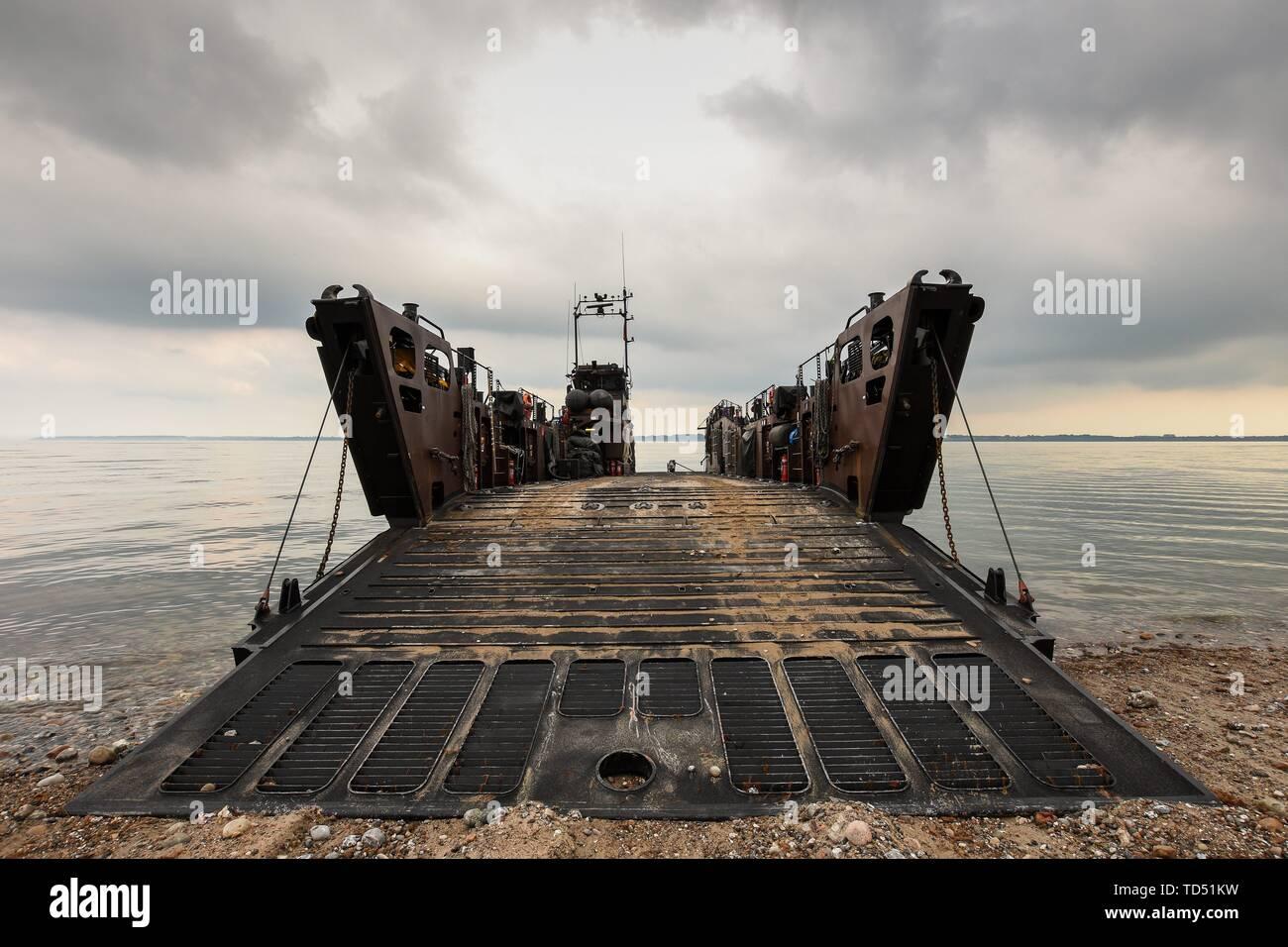 Langholz, Allemagne. 11 Juin, 2019. 11.06.2019, depuis lundi, le 10 juin, la Marine royale britannique gère la guerre amphibie avec le débarquement de l'HMS Albion dans le nord de l'Eckernforder bay à proximité du camping Gut Ludwigsburg près de Langholz dans le cadre de l'Manovers BALTOPS 2019. LCU Mk 10 L9732 avec rampe ouverte à l'avant. | conditions dans le monde entier: dpa Crédit photo alliance/Alamy Live News Photo Stock