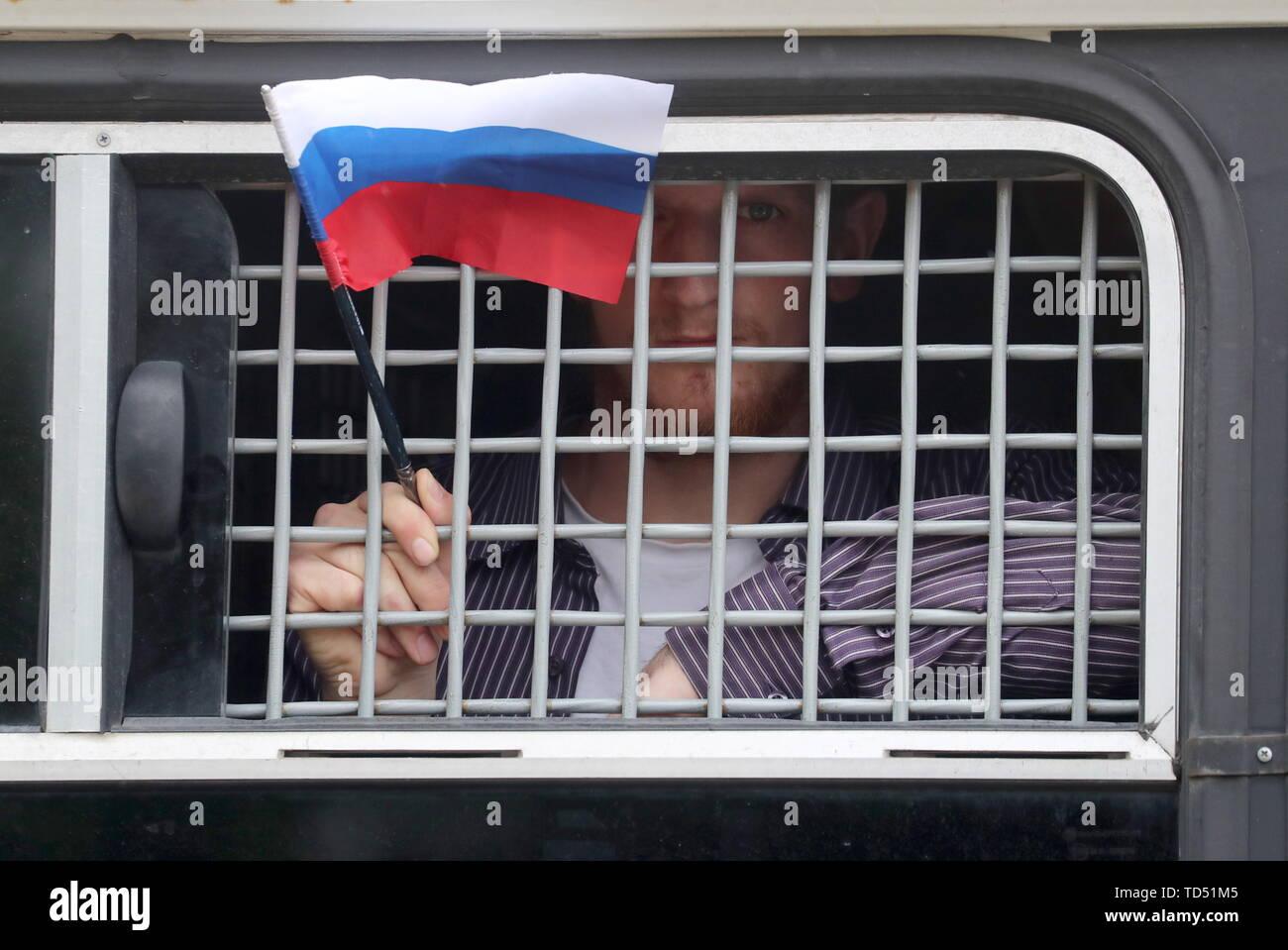 Moscou, Russie. 12 Juin, 2019. Moscou, Russie - 12 juin 2019: Un détenu participant à une manifestation en soutien de la journaliste russe Ivan qui Golunov a été libéré plus tôt à partir de la garde; Golunov, qui travaille pour le portail d'actualités en ligne Valdés, a été arrêté le 6 juin 2019 dans le centre de Moscou, le soupçon de trafic de drogue; la police a abandonné l'enquête contre l'Golunov en raison du manque de preuves. Sergei Savostyanov/crédit: TASS ITAR-TASS News Agency/Alamy Live News Photo Stock