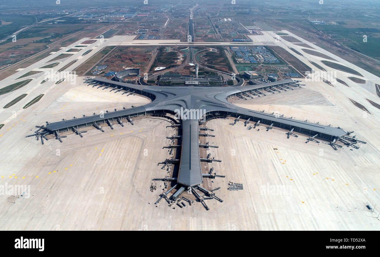 Qingdao, Chine. 12 Juin, 2019. Photo aérienne prise le 12 juin 2019 montre l'Aéroport International de Qingdao Jiaodong en construction à Shanghai, la Chine de l'est la province de Shandong. Crédit: Li Ziheng/Xinhua/Alamy Live News Photo Stock