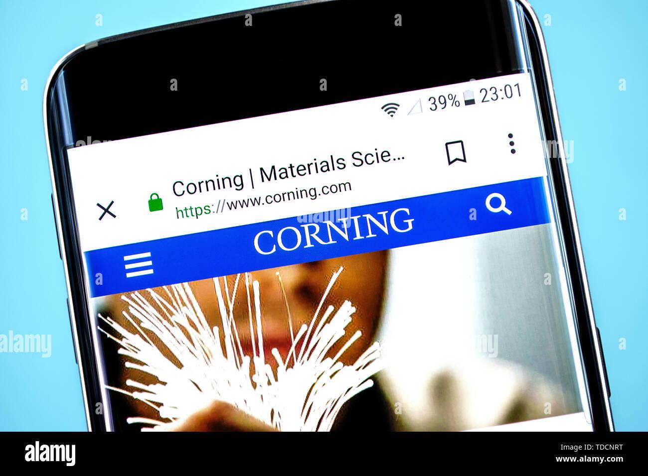 Berdiansk, Ukraine - 10 juin 2019: Corning accueil du site. Logo Corning visible sur l'écran du téléphone, rédaction d'illustration. Photo Stock