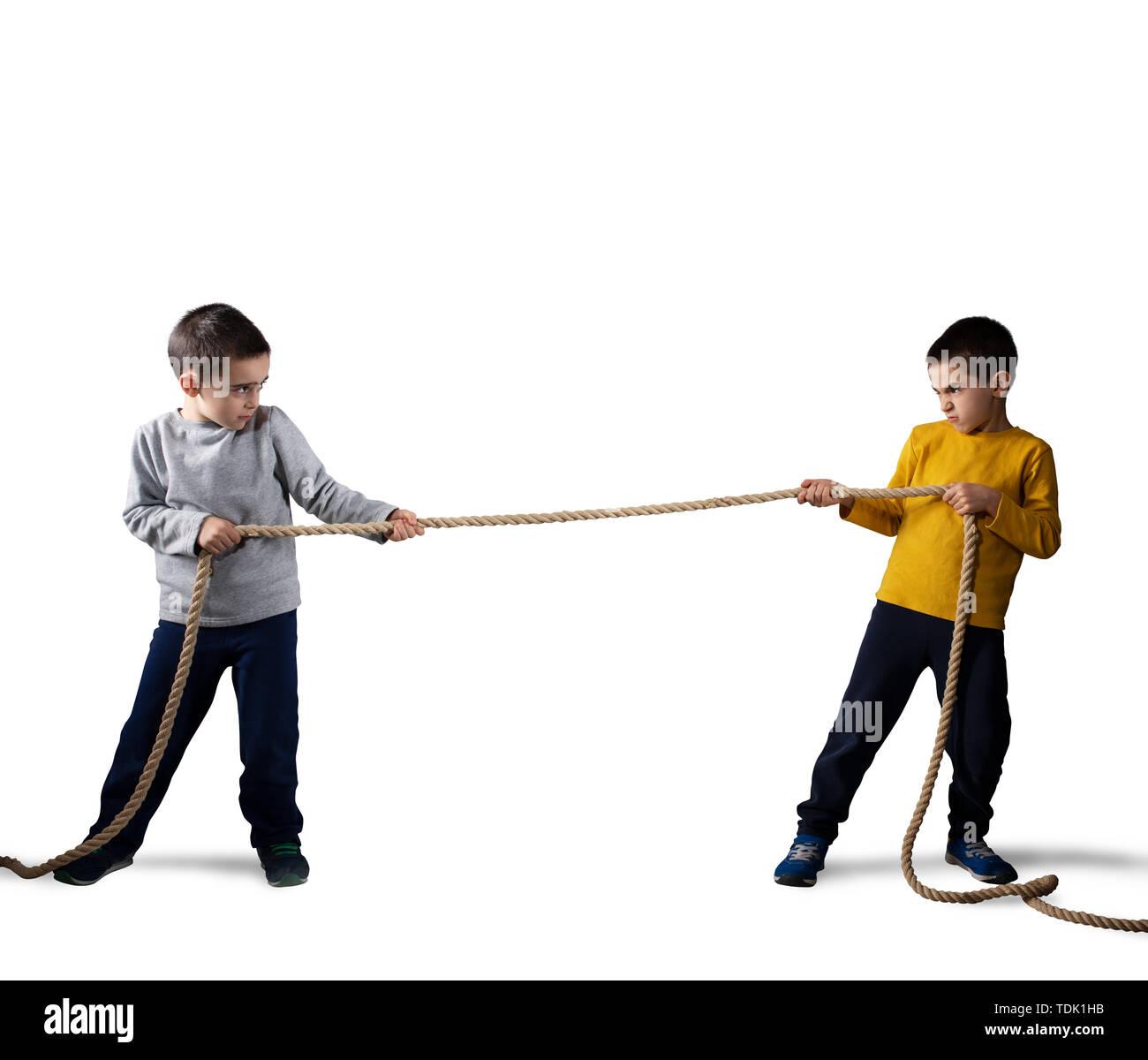 La rivalité des deux frères avec une corde. Isolé sur fond blanc Photo Stock