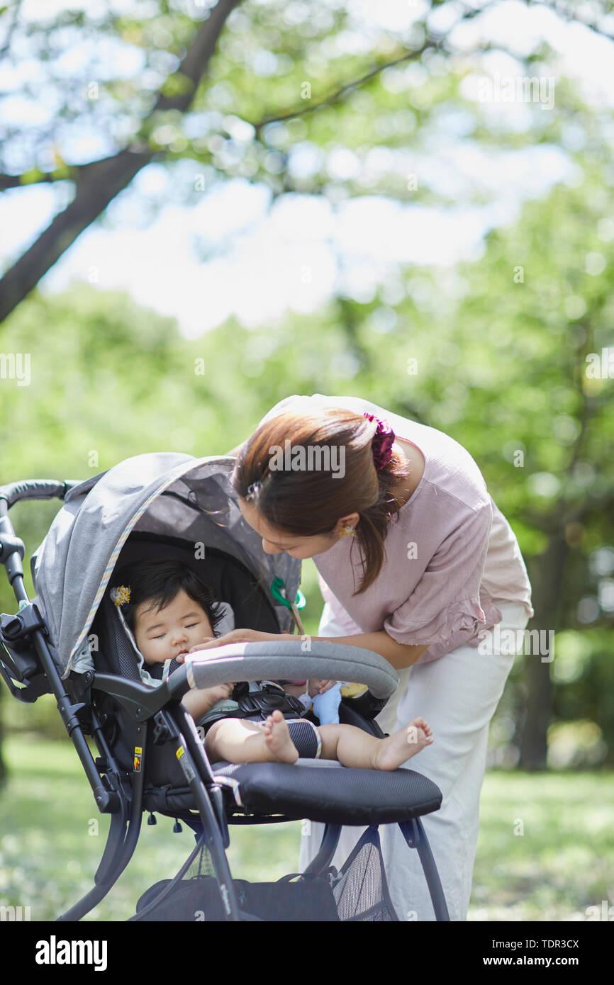 Famille japonaise dans un parc de la ville Banque D'Images