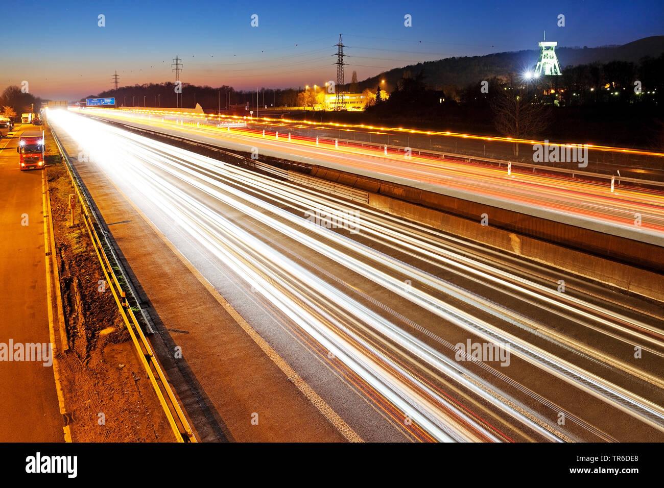Strie de lumière des voitures sur l'autoroute A2 et le couvre-chef de l'ex-mine de charbon Haniel, Allemagne, Rhénanie du Nord-Westphalie, Ruhr, Bottrop Banque D'Images