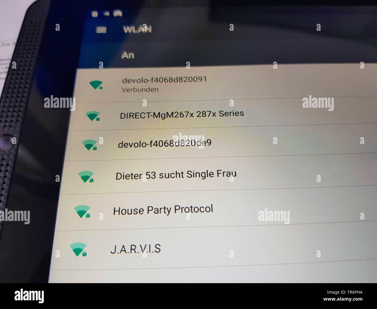 Connexions Wi-Fi disponible sur un smartphone, Dieter 53 comme seul Frau, Dieter 53 à la femme seule Photo Stock