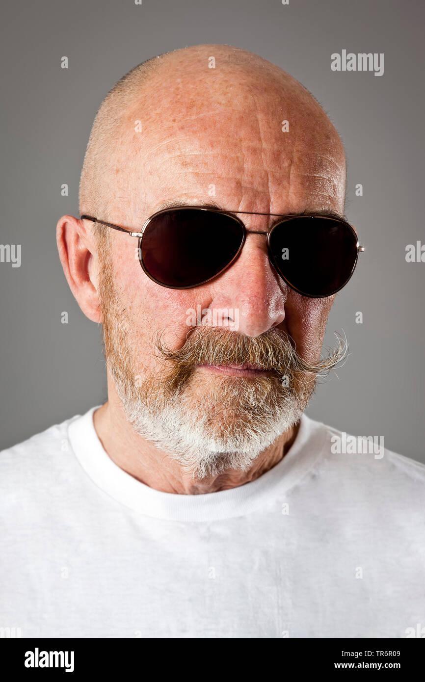 Vieil homme à tête chauve, barbe grise et des lunettes, de l'Allemagne, la Bavière Banque D'Images