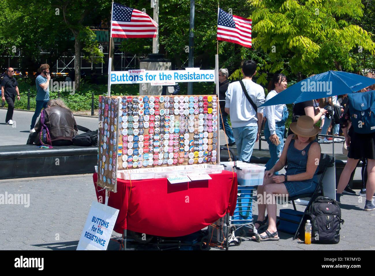 Boutons pour badge résistance vendeur à Washington Square, New York, USA Photo Stock