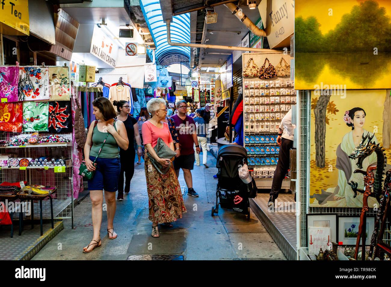 Les touristes du shopping au marché de Stanley, Stanley, Hong Kong, Chine Banque D'Images