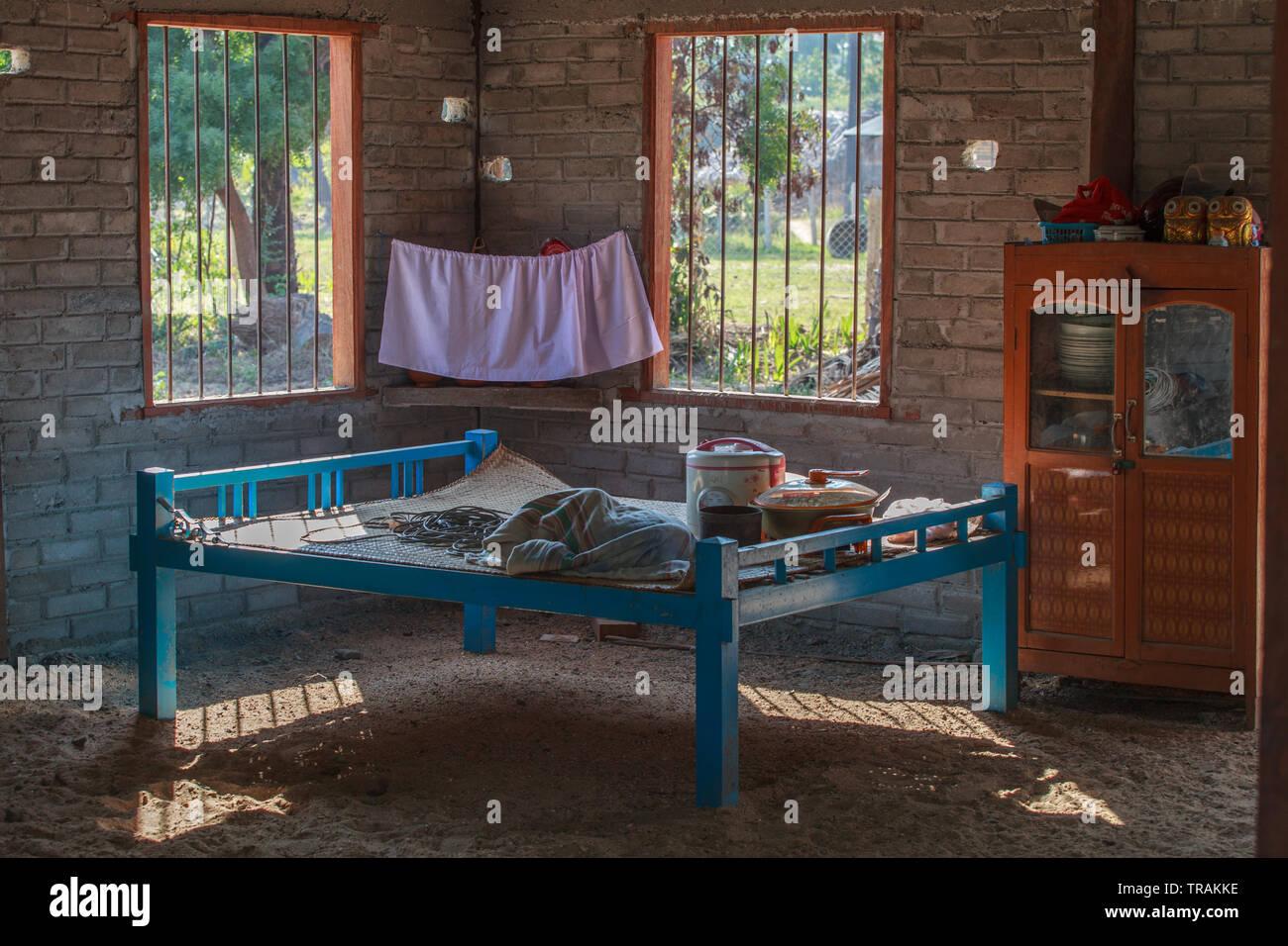 La vie dans le village: intérieur d'une maison de campagne typiques Birmans Photo Stock