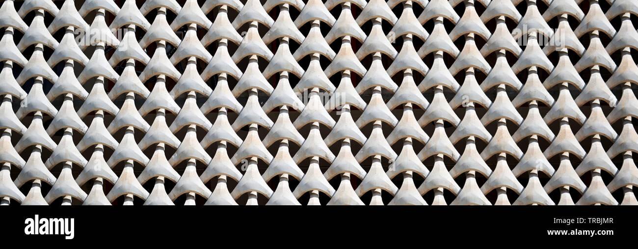Close up of transparente horizontale, modèle de grille en béton sur la façade de la maison. Couleur blanc plein cadre horizontal panoramique vue d'image recadrée Banque D'Images