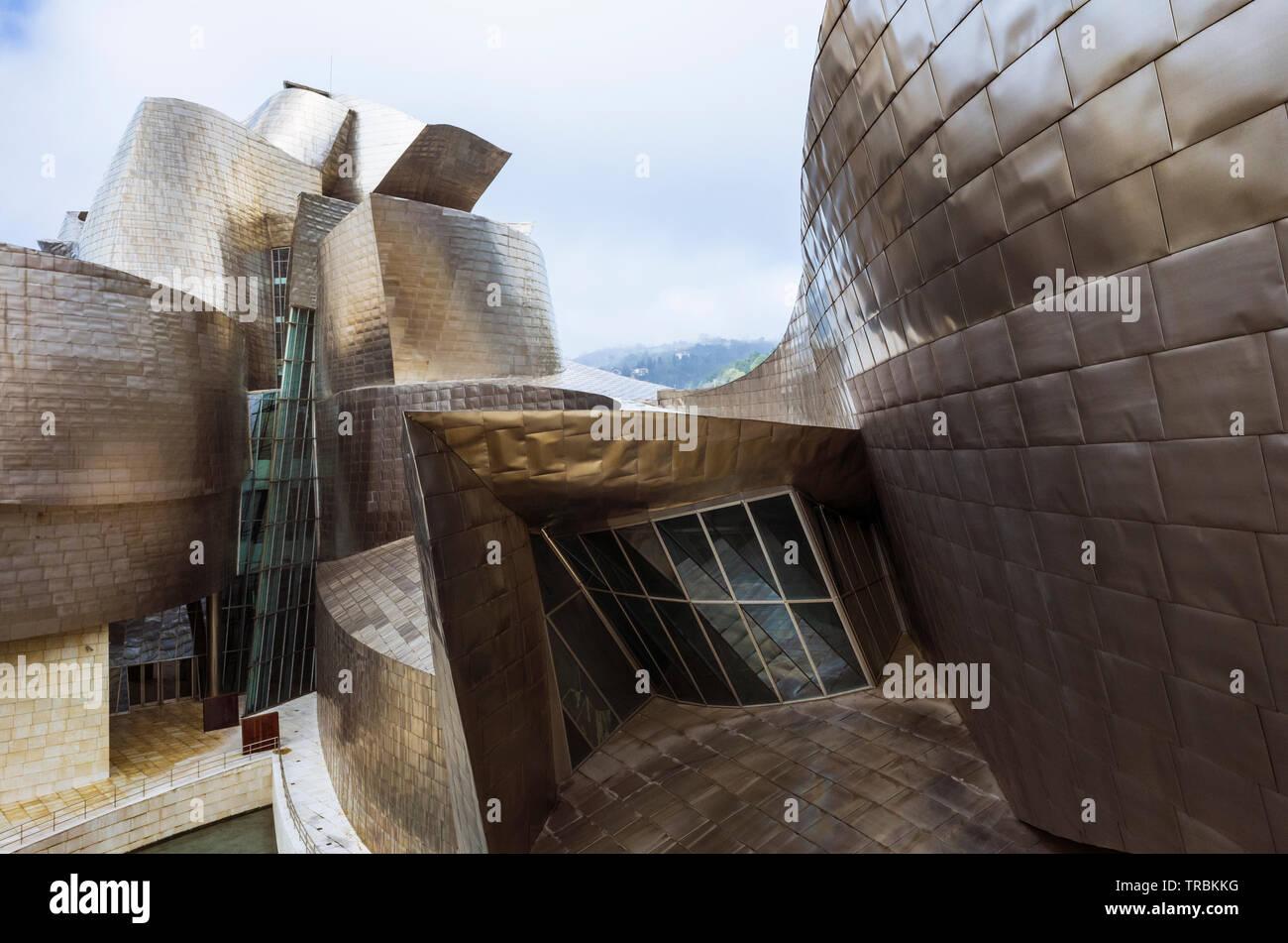 Bilbao, Biscaye, Pays Basque, Espagne: Détail de la façade du titane Guggenheim Museum d'art moderne et contemporain conçu par l'architecte Fr Banque D'Images