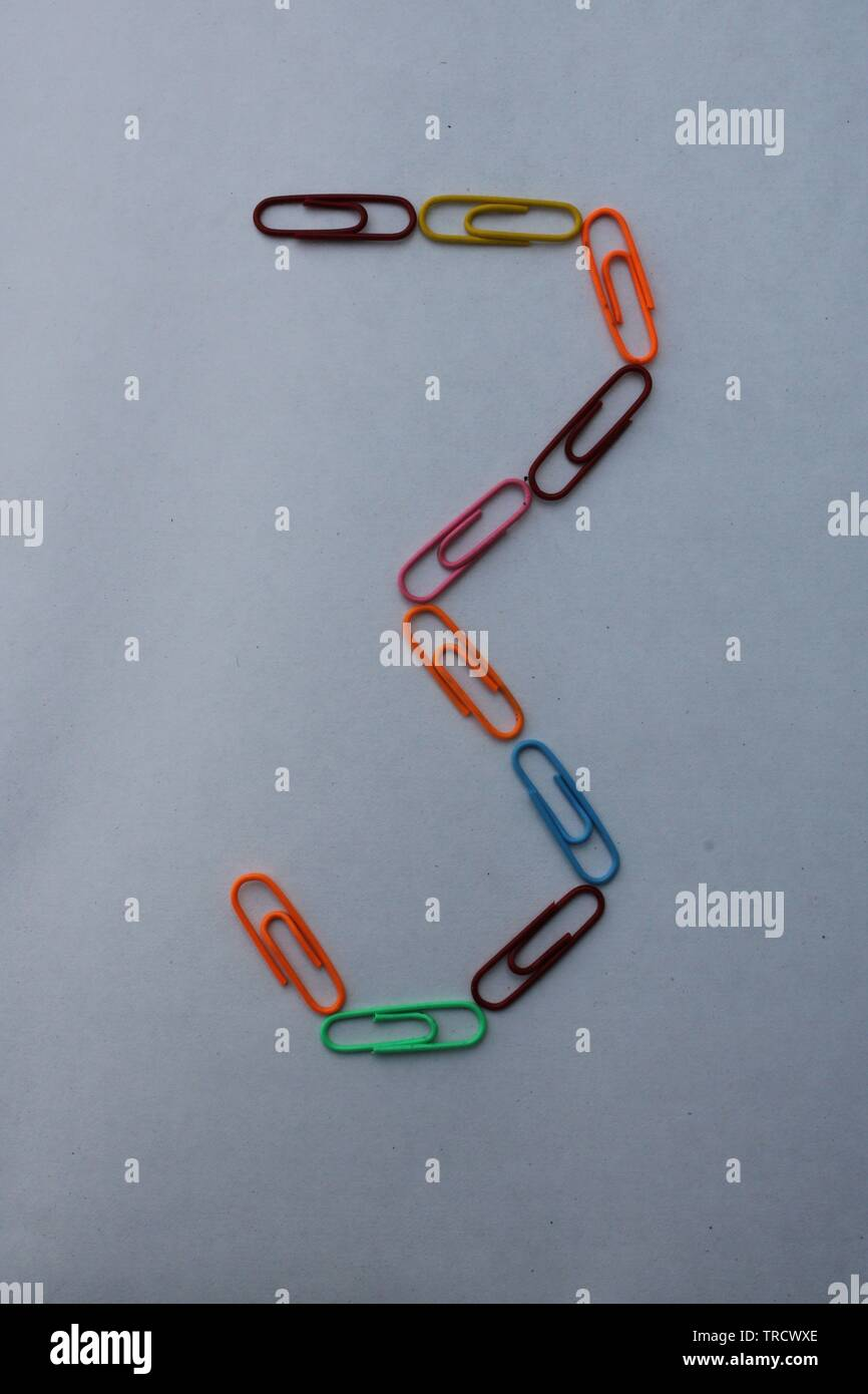 Numéro 3 fait avec des trombones colorés sur fond blanc Photo Stock