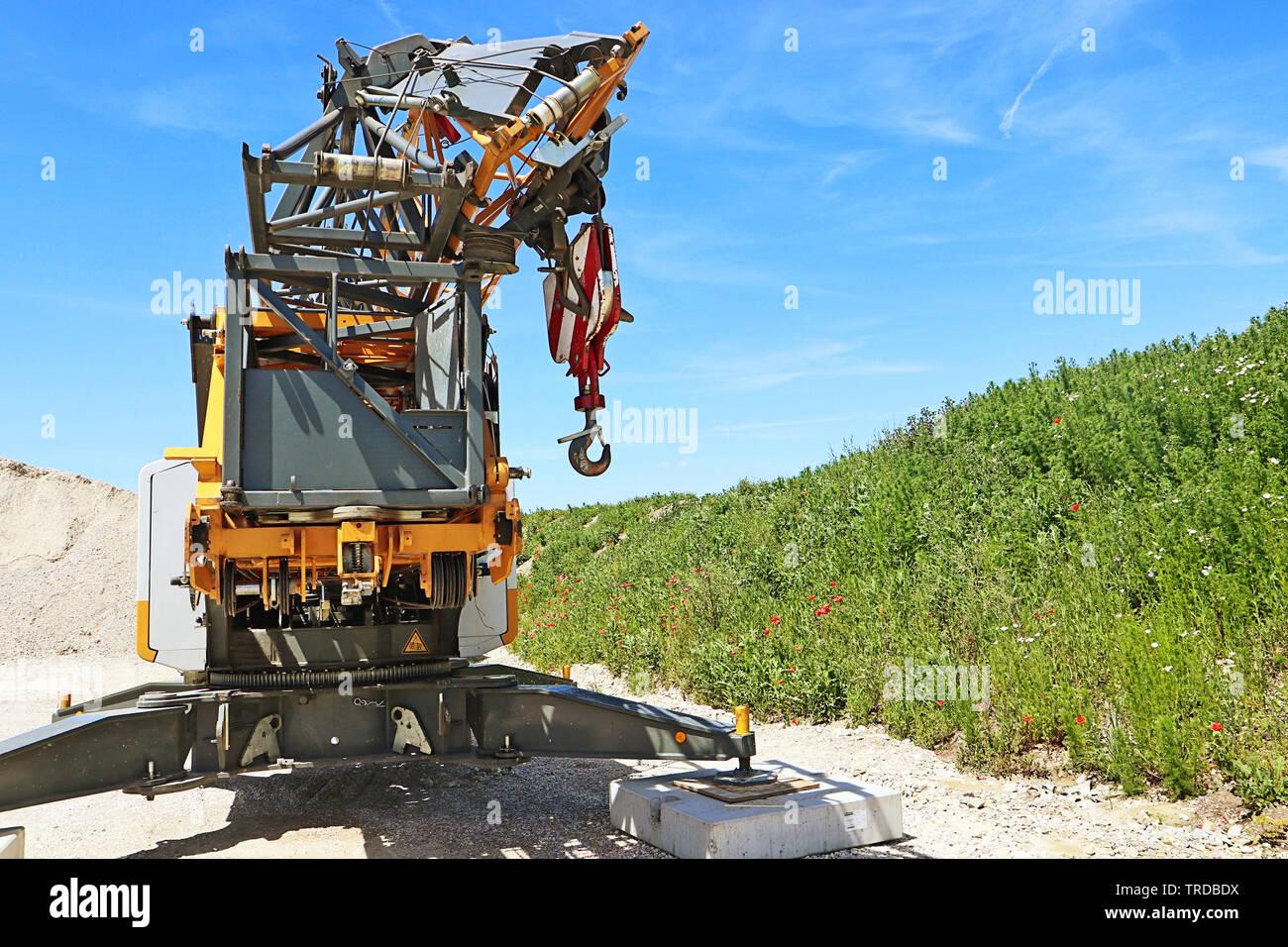 Une grue sur camion pour l'industrie de la construction stationné près d'un chantier de construction Banque D'Images