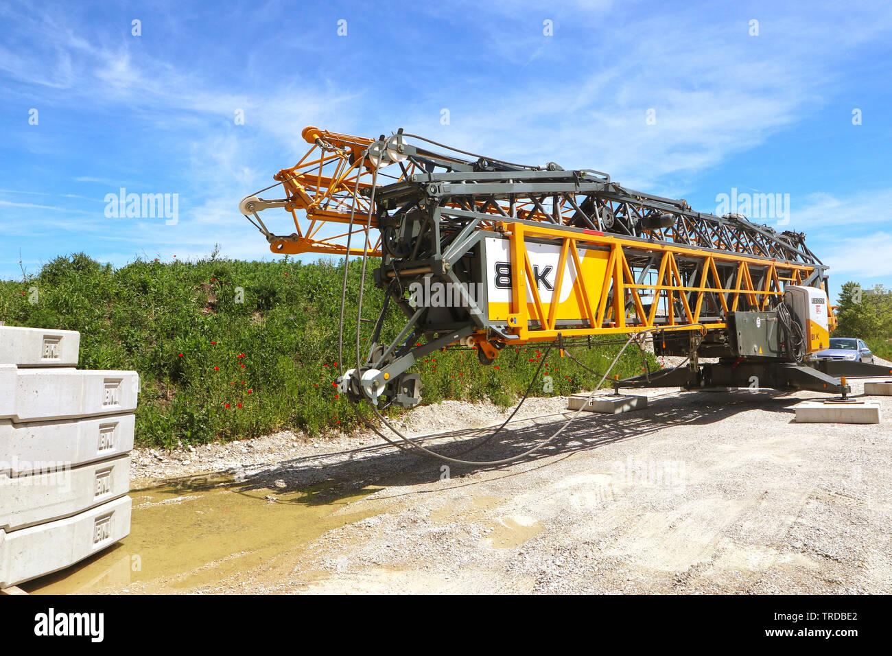 GARCHING, ALLEMAGNE - 2 juin 2019 une grue sur camion pour l'industrie de la construction stationné près d'un chantier de construction Banque D'Images
