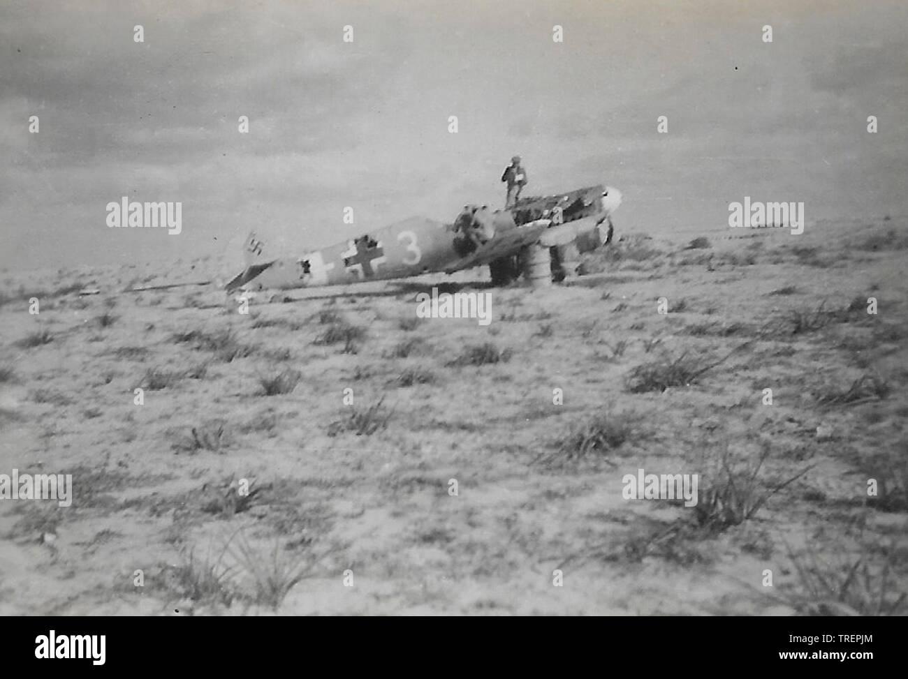 Chasseur allemand (ME109 BF109) avions ont bombardé sur piste. Prises en 1943/44 par Flt Sgt Gleed RAF WW2, de l'Escadron 223 Photo Stock