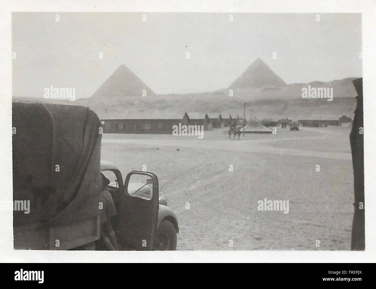 Zone de rassemblement de troupes Pyramides Egypte WW2. Prises en 1943/44 par Flt Sgt Gleed RAF WW2, de l'Escadron 223 Photo Stock