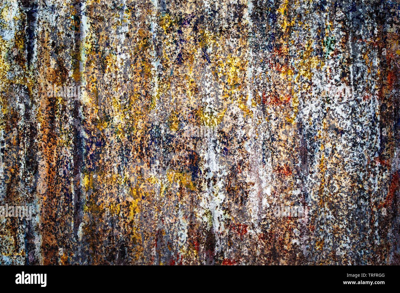 Affiches déchirées colorés sur vieux mur grunge background Banque D'Images