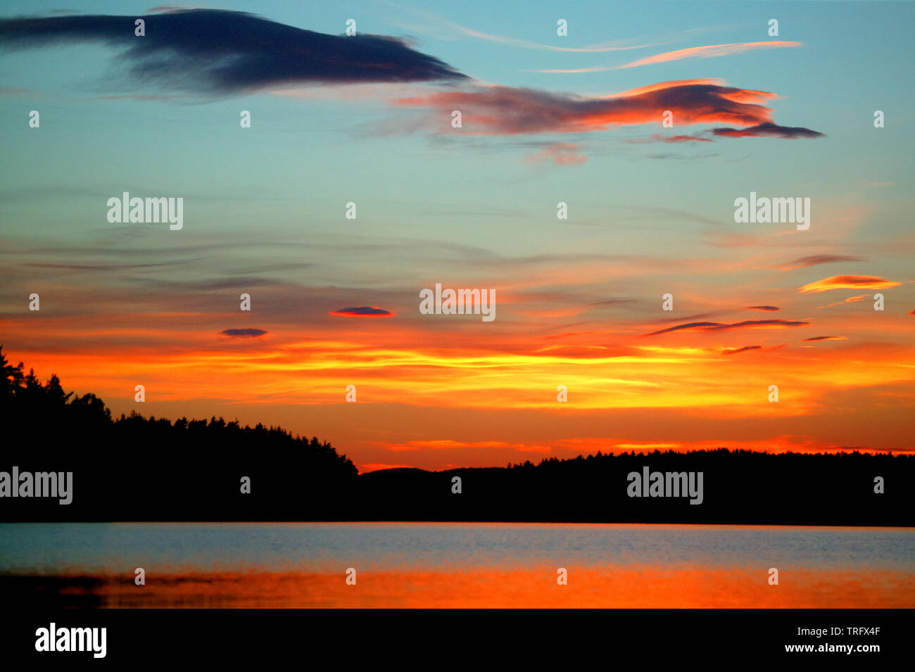Ciel coloré au coucher du soleil dans le lac Vansjø en Østfold, Norvège. Le lac Vansjø et ses lacs et rivières sont une partie de l'eau appelé système Morsavassdraget. Mai, 2006. Banque D'Images