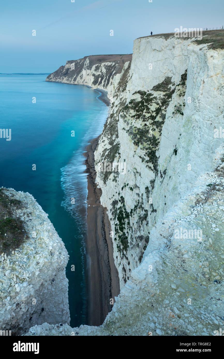Une figure solitaire sur les falaises de la côte jurassique de Bat's Head, Dorset, Angleterre Banque D'Images