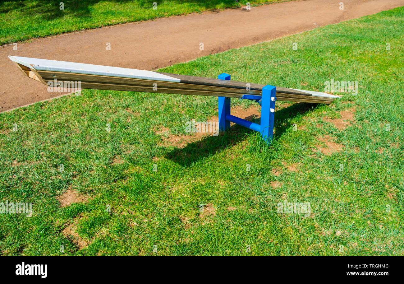 Circuit d'Agilité swing pour les chiens avec de l'herbe verte et de la lumière du soleil Photo Stock