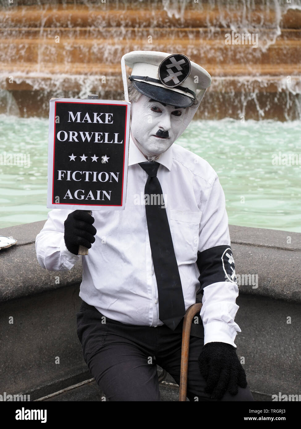 Vue d'un manifestant habillé comme Le Grand Dictateur Hynkel adénoïde à l'emporter sur Mars à Londres en juin 2019 Photo Stock