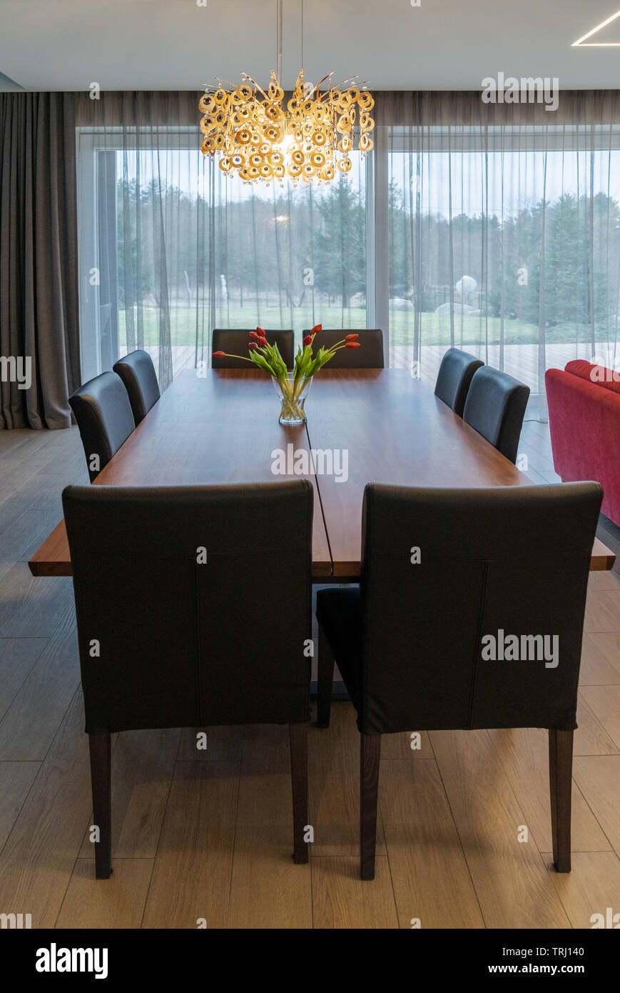 Table De En Salle Brun Avec Grande Bois Une Manger Chaises À Des D2W9YeHIE