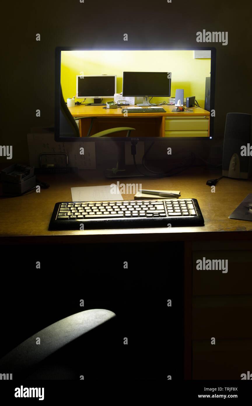 Écran d'ordinateur allumé la nuit Banque D'Images