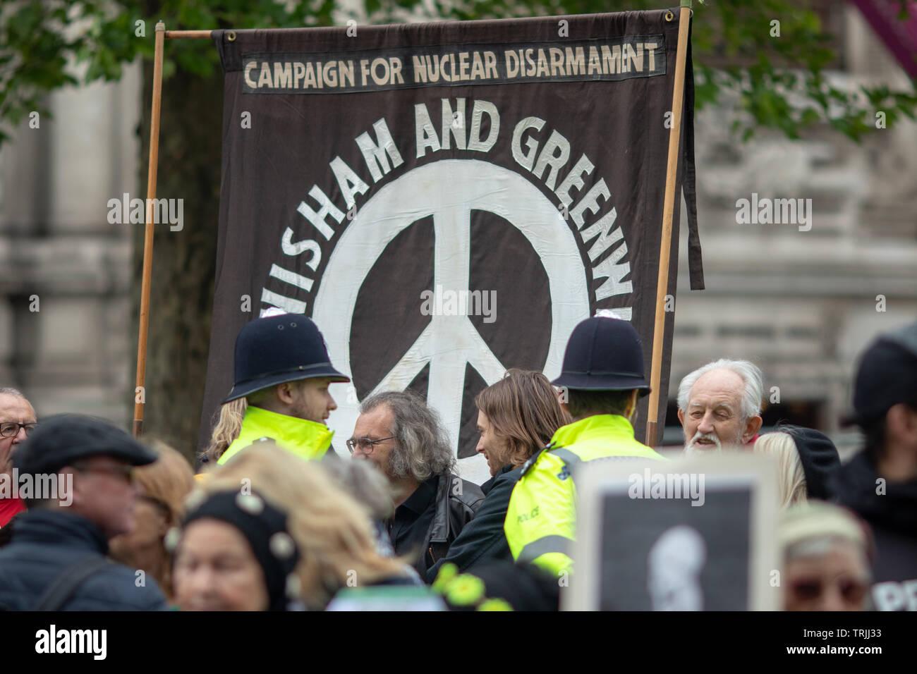 Londres, 3 mai 2019 - La foule tenue CND signes anti-nucléaire dans le centre de Londres pour protester contre un service naval, qui aura lieu à l'abbaye de Westminster Photo Stock