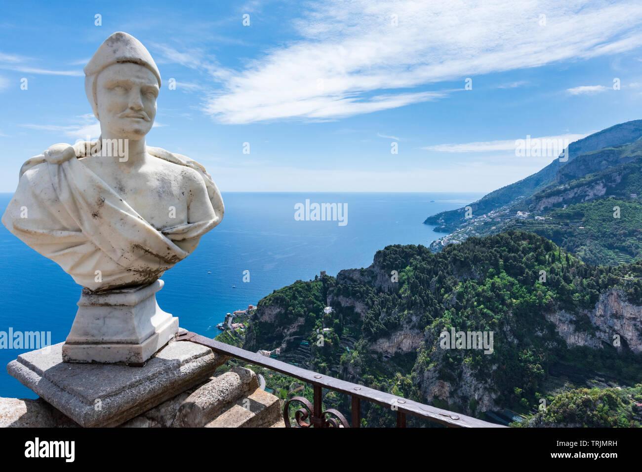Vue spectaculaire de Terrazza dell'Infinito terrasse de l'infini dans les jardins de Villa Cimbrone Ravello au-dessus de la côte amalfitaine en Campanie Italie Photo Stock