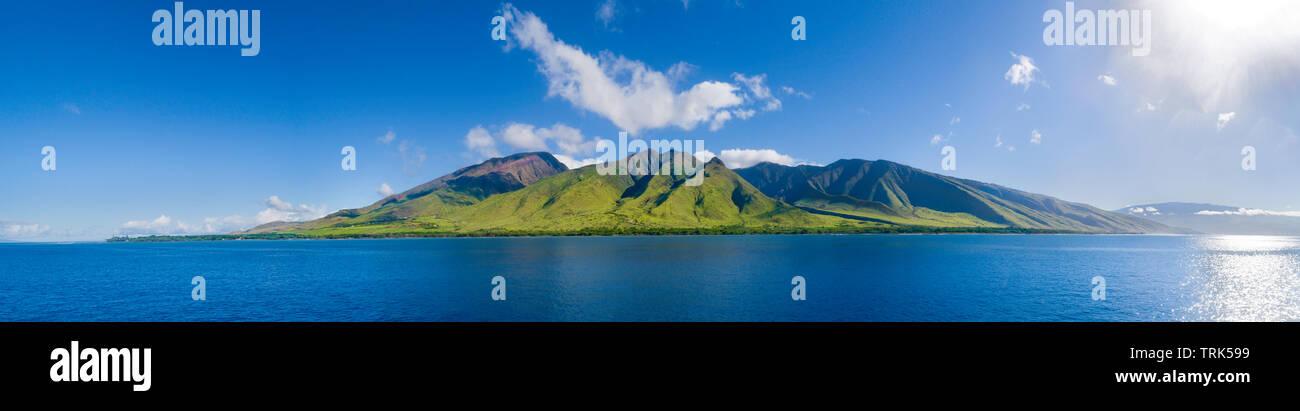 Une série de coups de feu ont été cousues ensemble pour cette vue de West Maui de off Oluwalu, Maui, Hawaii, USA. Banque D'Images