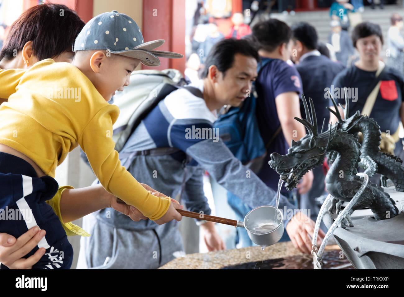 Titulaire Père son fils sur le nettoyage ethnique Dragon fontaines à Tokyo, Japon Photo Stock