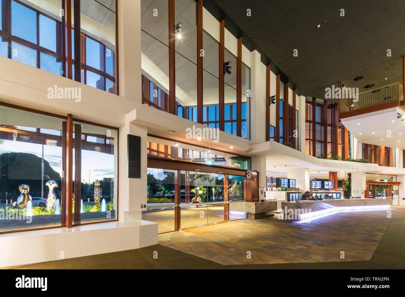 Le foyer de la Performing Arts Centre de Cairns allumé au crépuscule, Cairns, Queensland, Australie Banque D'Images