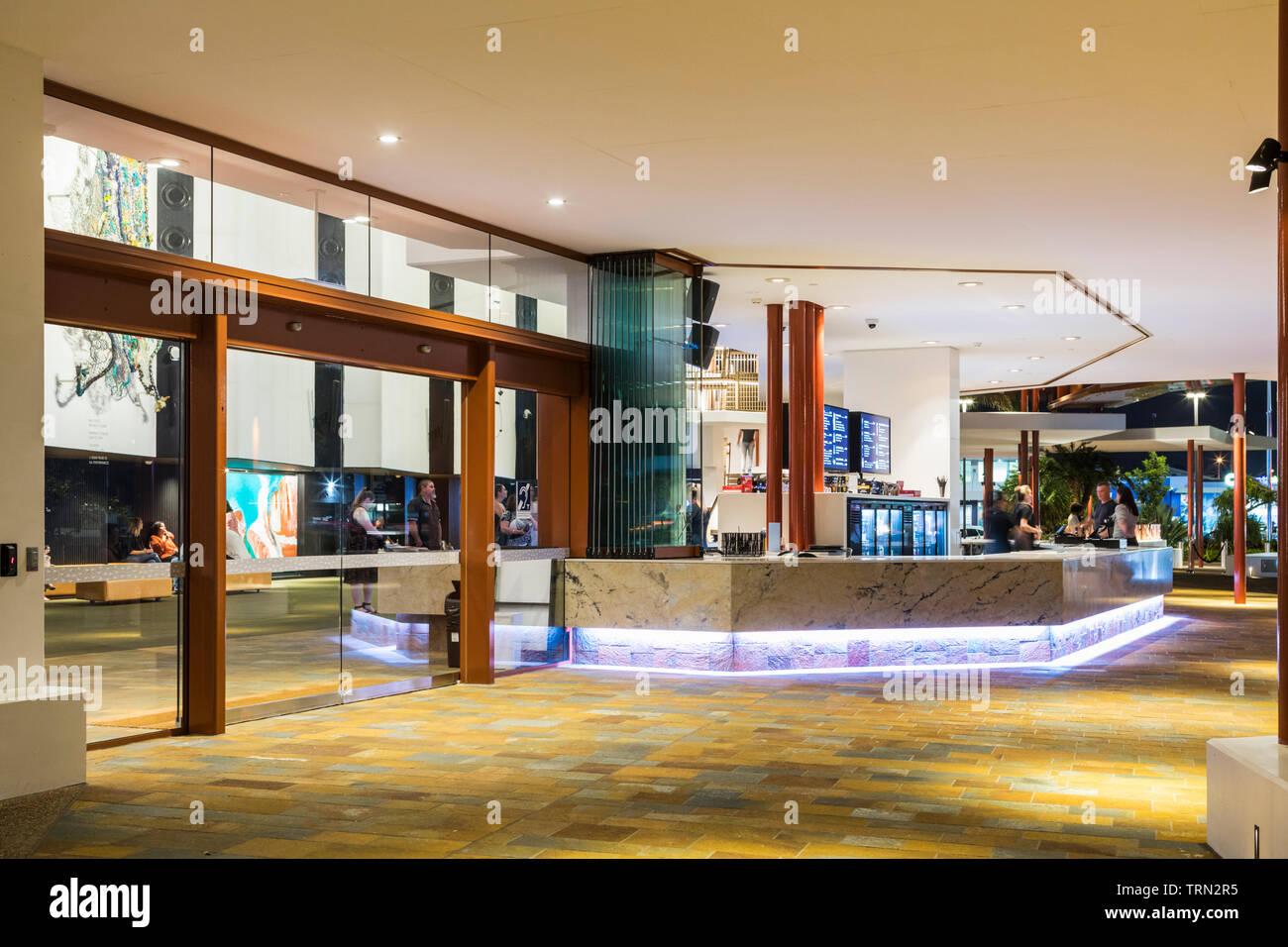 Le bar extérieur salon de la Performing Arts Centre de Cairns, Cairns, Queensland, Australie Banque D'Images