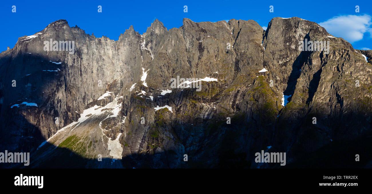 Début juin matin dans la vallée de Romsdalen, Møre og Romsdal (Norvège). Photo Stock