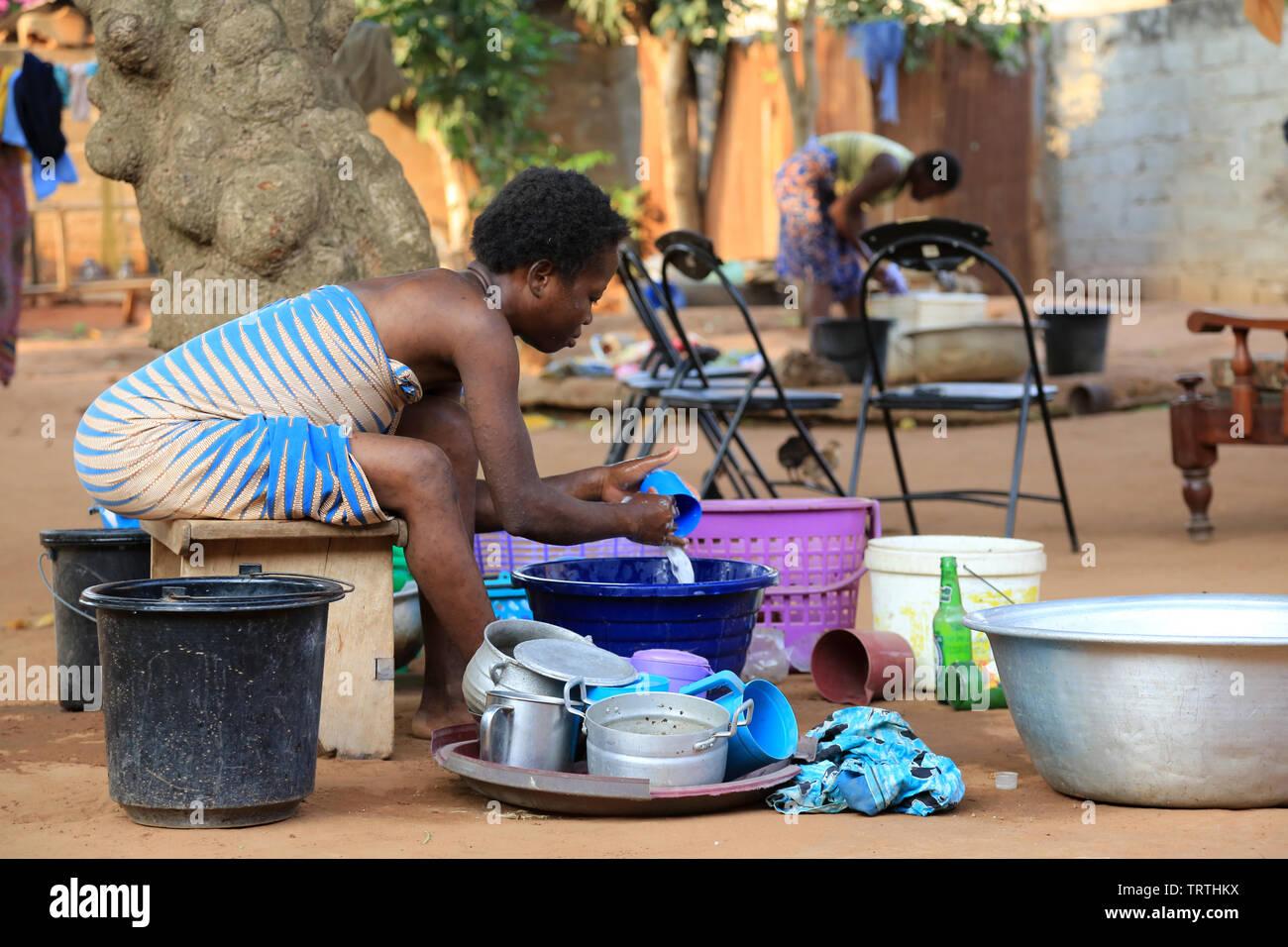 Togolaise lavant la vaisselle. Lomé. Le Togo. Afrique de l'Ouest. Photo Stock