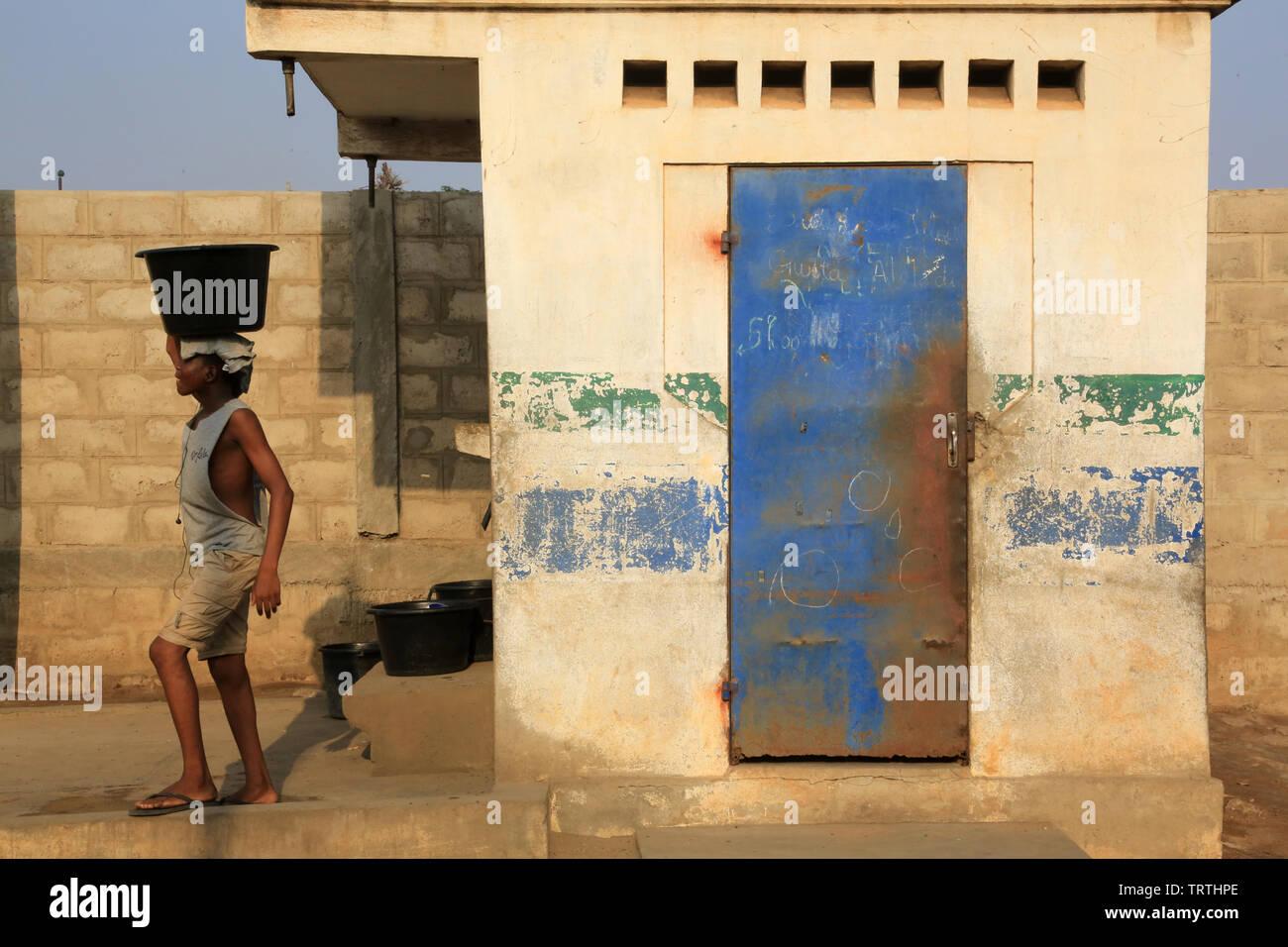 Les Africains ont de l'eau avec un seau. Lomé. Le Togo. Afrique de l'Ouest. Photo Stock