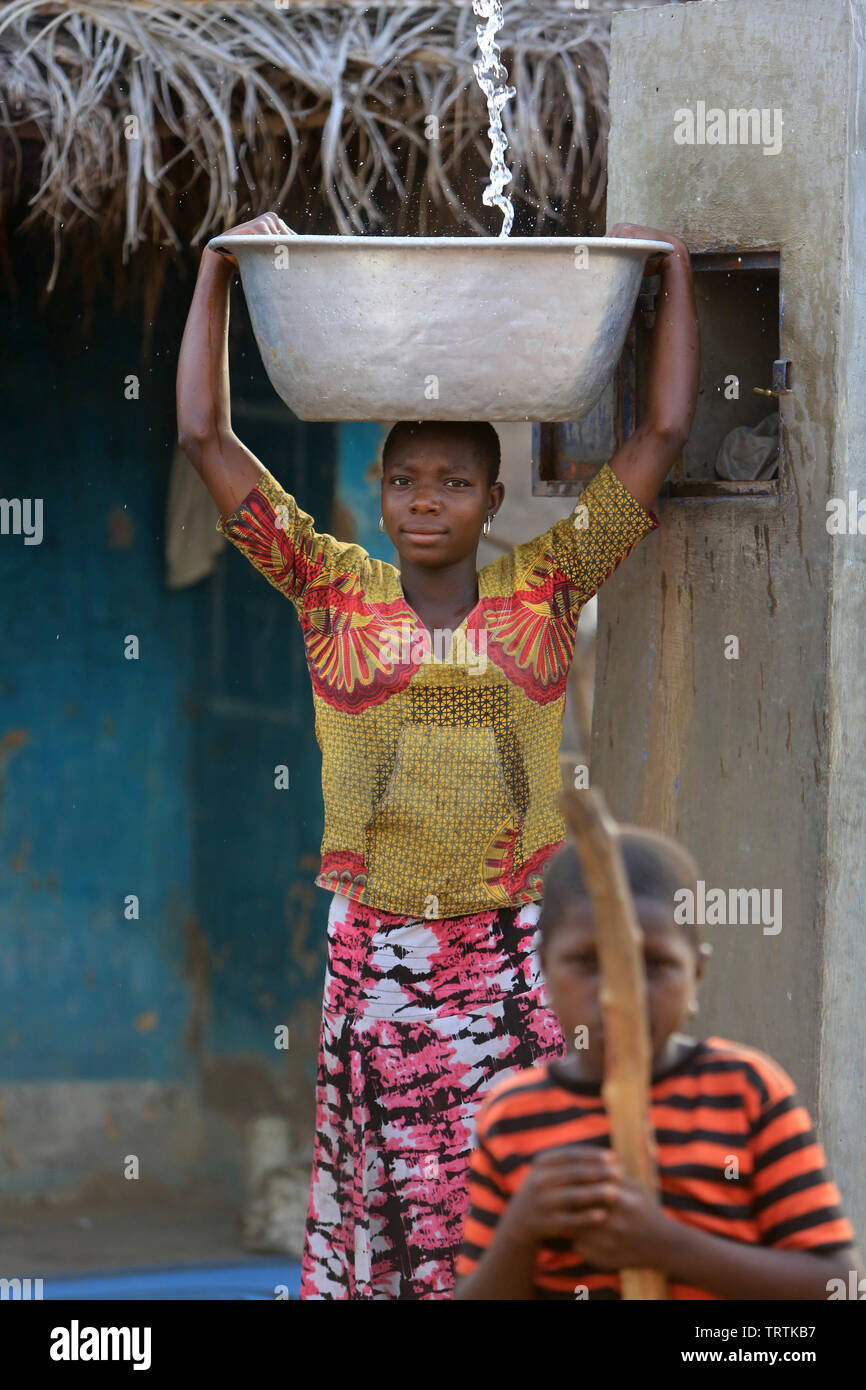 Adolescente Togolaise portant une bassine d'eau. Datcha. Attikpayé Le Togo. Afrique de l'Ouest. Photo Stock