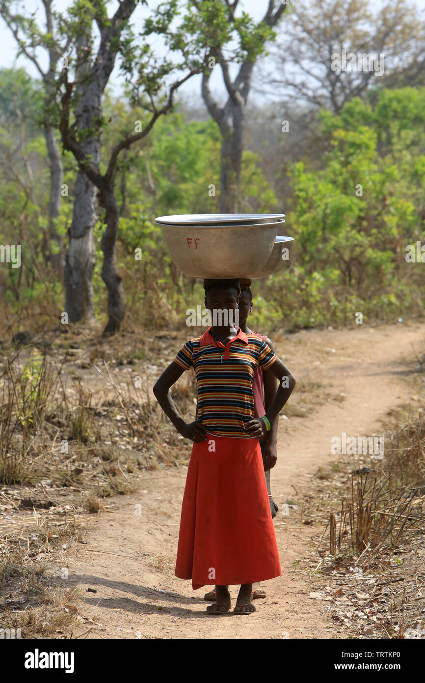 Les Africains pour obtenir de l'eau avec un seau. Datcha. Attikpayé Le Togo. Afrique de l'Ouest. Photo Stock