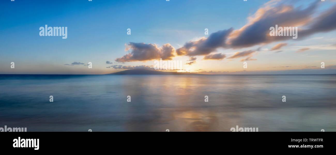 Coucher du soleil de Maui. En arrière-plan Lanai. Maui, Hawaii Photo Stock
