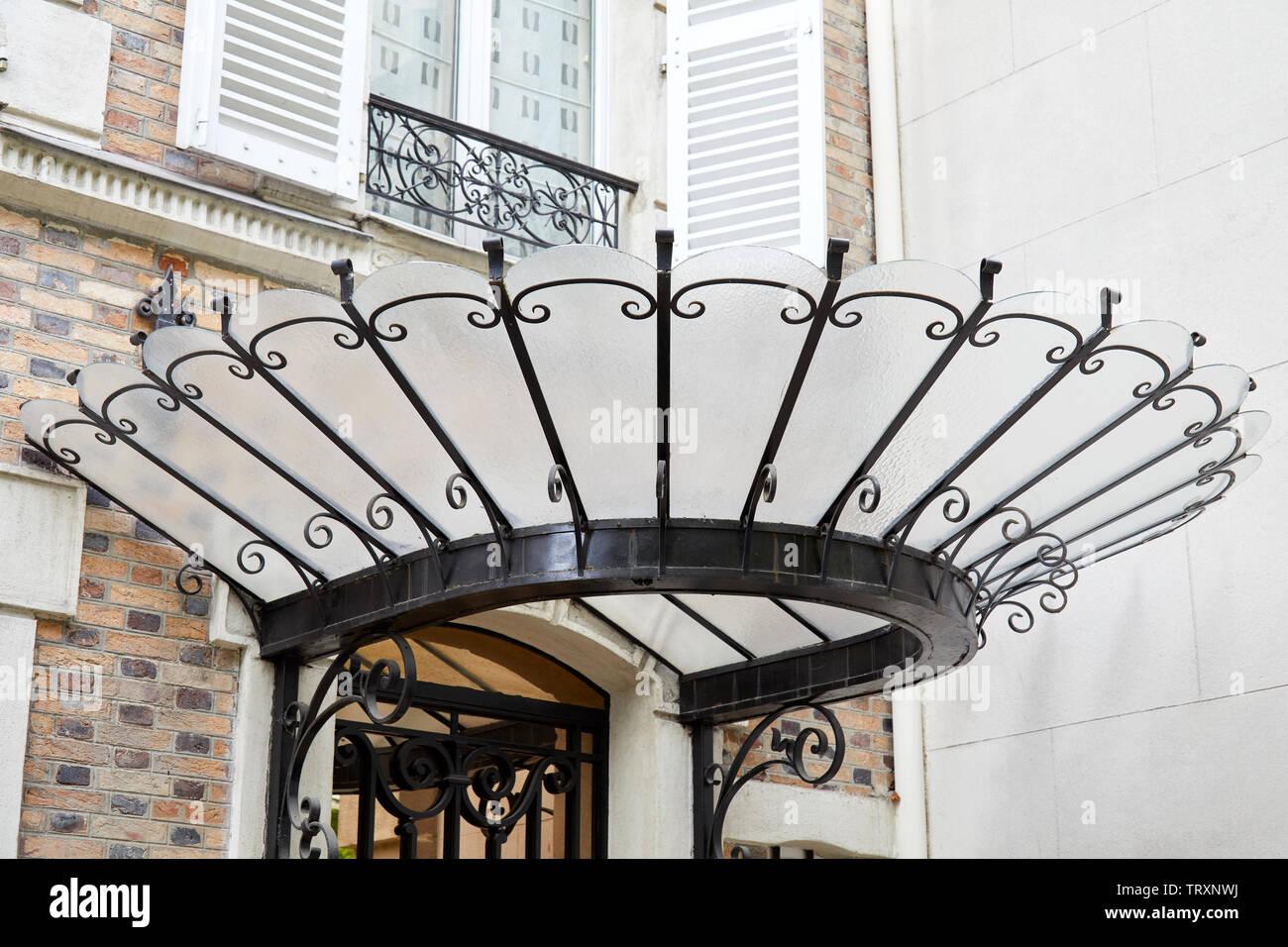 PARIS, FRANCE - 23 juillet 2017: Art Nouveau canopy en verre et fer forgé noir à Paris, France Banque D'Images