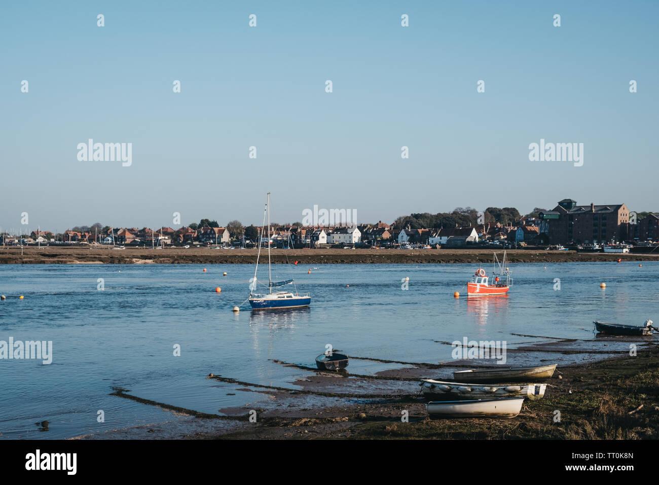 Wells-next-the-Sea, Royaume-Uni - 20 Avril 2019: bateaux de pêche arrivant dans les puits-next-the-sea port. Wells est une ville balnéaire et port de Norfolk, UK, famou Banque D'Images