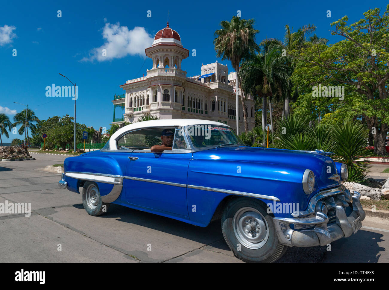 1950 American voiture conduit au-delà du Palacio de Valle, maintenant un restaurant, sur la Punta Gorda, Cienfuegos, Cuba Banque D'Images