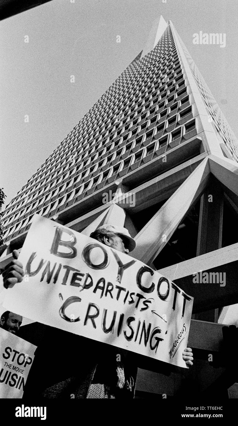 """Les manifestants devant le bâtiment de la Transamerica faire signe à boycotter et arrêter le film """"cruising"""" sur la croisière Gay. San Francisco, Californie, 1 février, 1980 Photo Stock"""