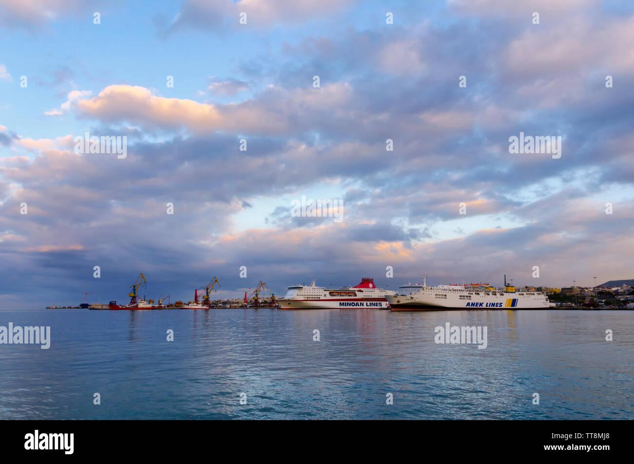 Héraklion, Crète / Grèce. De soleil colorés sur le port d'Héraklion. Deux bateaux ferry amarré à la jetée (Peiraeus - route d'Héraklion) Banque D'Images
