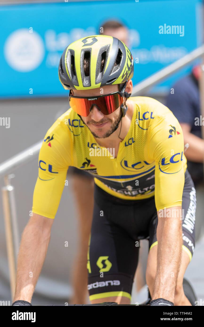 Adam Yates cycliste britannique de l'équipe cycliste de Mitchelton - Scott au Critérium du Dauphiné en 2019 chef Jesey jaune Banque D'Images