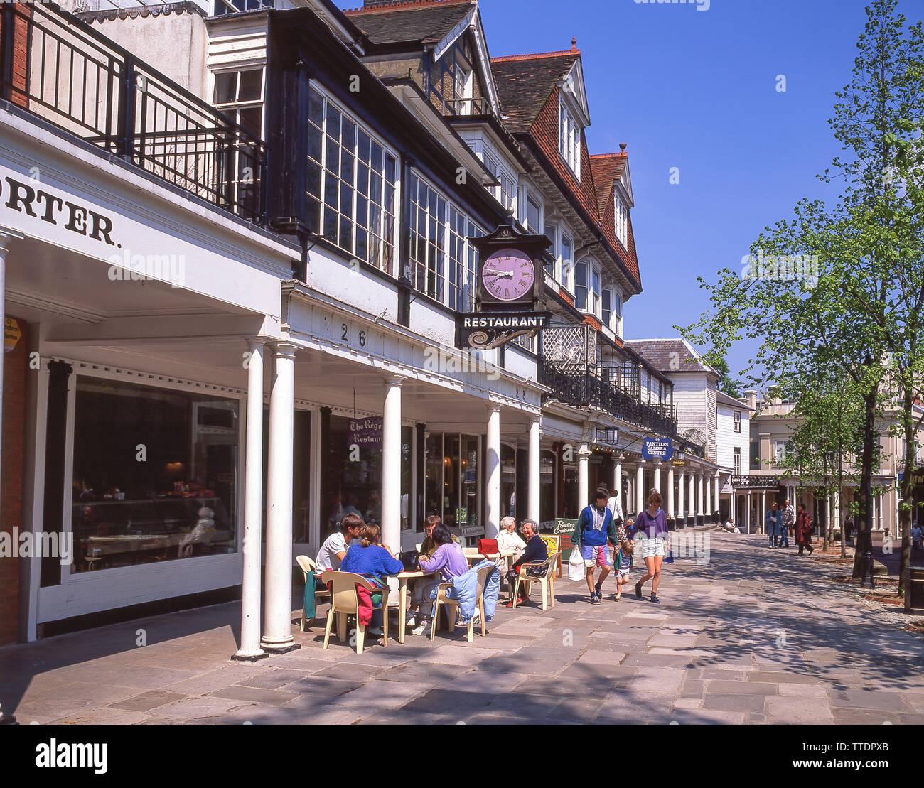 Boutiques et restaurants, les Pantiles, Royal Tunbridge Wells, Kent, Angleterre, Royaume-Uni Banque D'Images