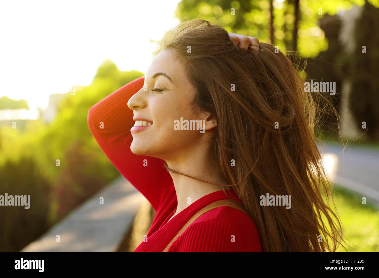 Jeune femme portrait en extérieur avec les yeux fermés Banque D'Images
