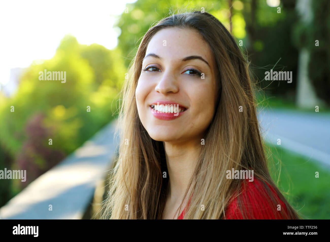 Beautiful smiling woman in the park Banque D'Images