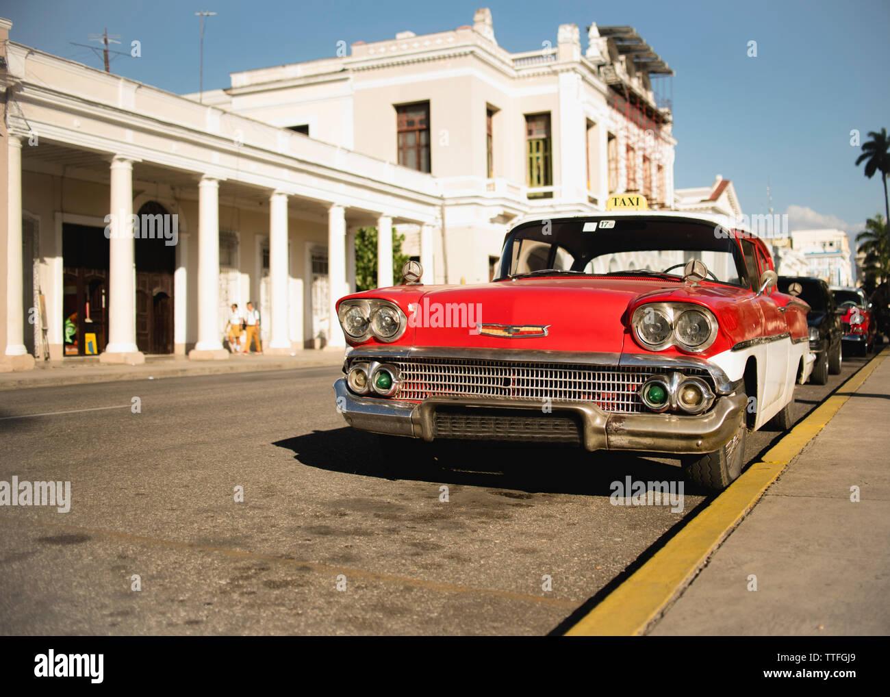 Voiture vintage rouge dans les rues de Trinidad, Cuba. Banque D'Images