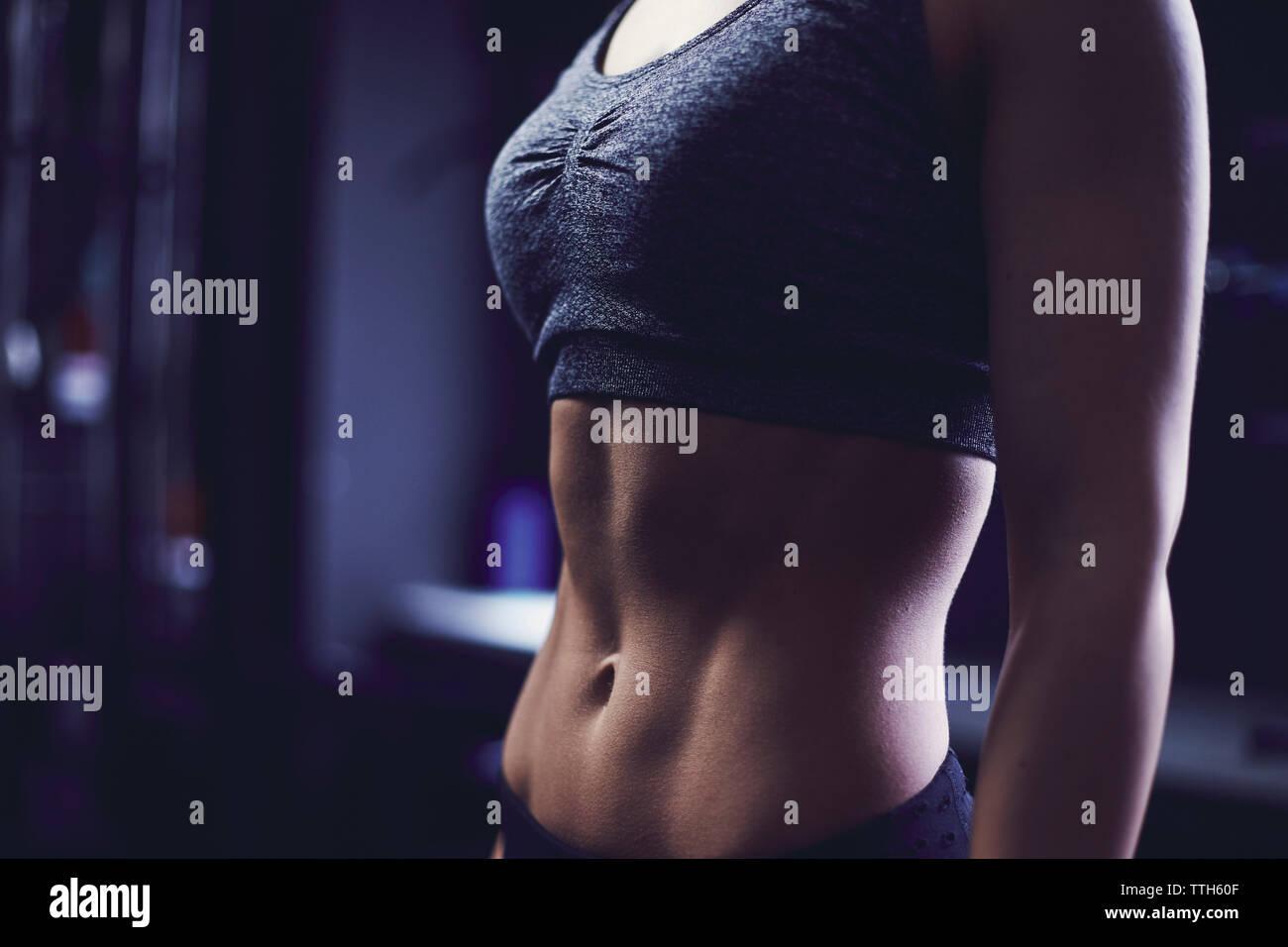 Close up of section centrale de jeune femme de profil latéral Photo Stock