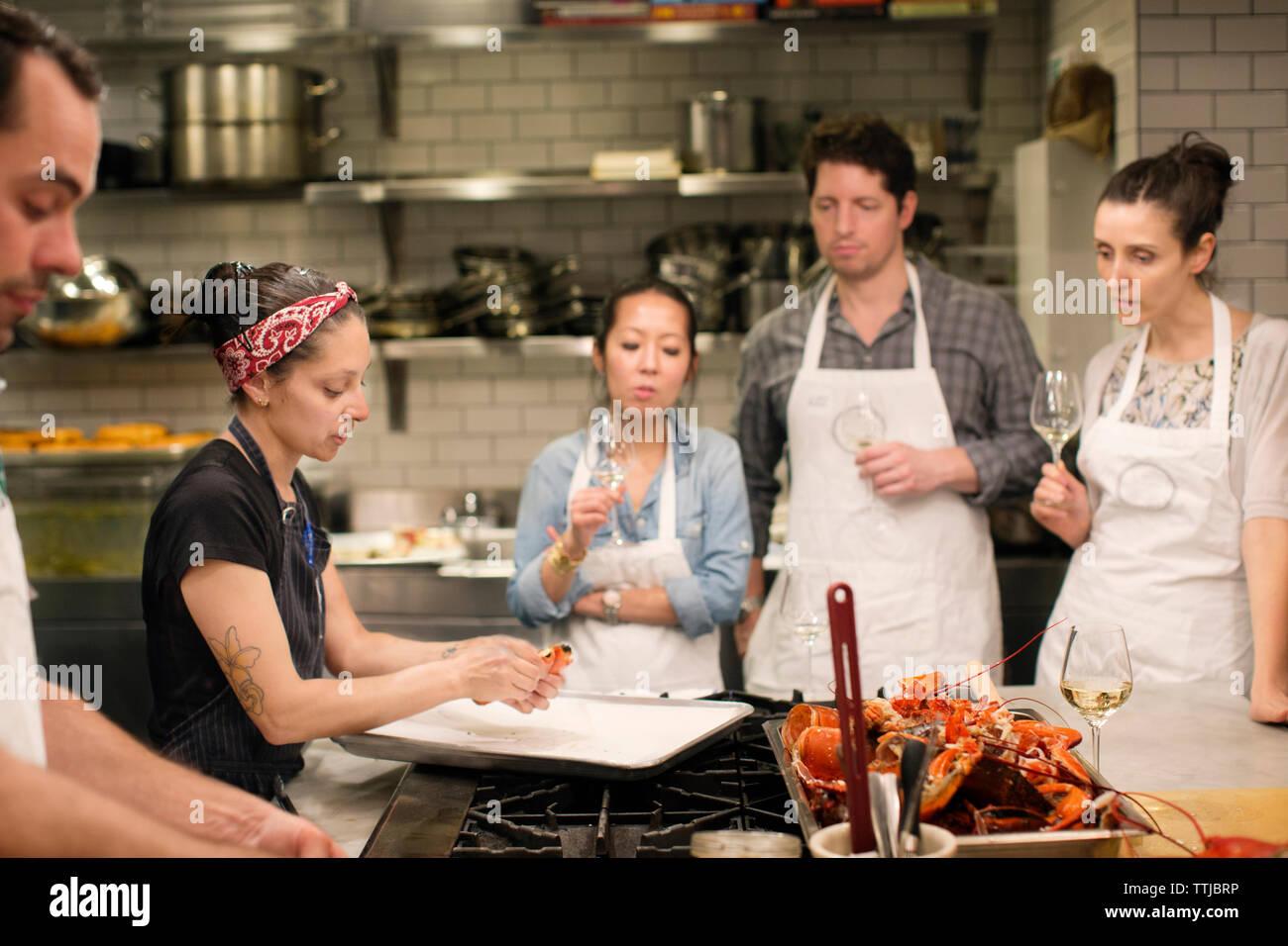 Les Etudiants A La Recherche De Femme Chef De Preparer Des